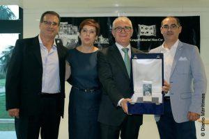 D. Jose Vicente Dolz, Director General de la empresa Asthon Cargo Valencia S.L., recibió el Lingote de Plata.   En la foto, sosteniendo el premio,  aparece acompañado de varios de sus colaboradores  profesionales