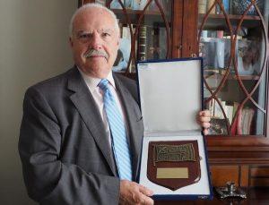 D. Luis Rosa,  Presidente de ATEIA,   con  la Metopa de Honor con que le distinguió el Grupo Men Car por su labor encaminada hacia la Logística en el puerto de Valencia a lo largo del tiempo en que la Asociación ATEIA OLTRA está implantada en el puerto